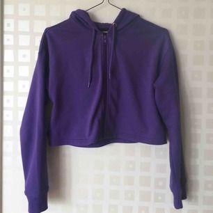 Kort topp med luva 💜  Snygg till höga byxor eller kjol!  Nyskick  75 kr inklusive frakt!