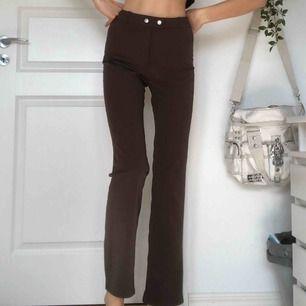 """bruna byxor från weekday med dragkedja och två knappar. straight modell.  jag är 179 och brukar ha 26"""" i jeans. kan mötas i malmö eller skicka på post: 60kr"""