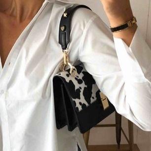Jättefin Jonna bag *slutsåld online och butik* från Gina i komönster och gulddetaljer. Köpt för 350kr. Aldrig använd. Frakt ingår i priset 💞 obs: säljer den bara med de korta bandet.