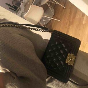 Replika Chanel väska som aldrig är använd. Fick den i present men det är inte min stil. Du kan använda den som som axelväska och crossbody  800kr