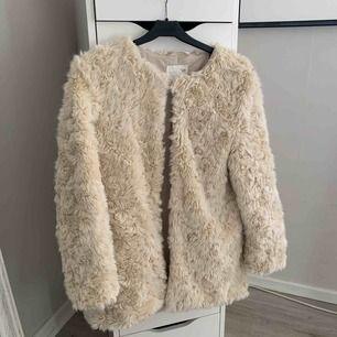 Säljer denna beiga/vita päls jacka från zara. Storleken är 152cm alltså som en xs