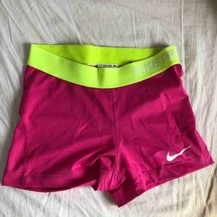 Super snygga Nike PRO shorts i storlek S. 150kr med frakt. Använda fåtal gånger och är i nästan nyskick.