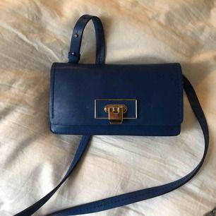 Jättesöt blå väska från massimo dutti. Knappt använd och perfekt till vardagen eller fest.