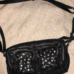 Stine disco bag från nunoo. Skit snygg väska i bra skick! Använt ett antal gånger men inga synliga skador. Super fin till vardags eller fest! Det finns ingen storlek men passar alla.