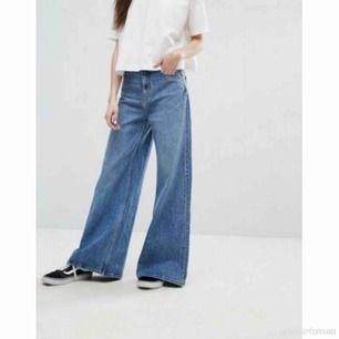 Underbara Weekday jeans i modellen Ace 🌻 Washen är San Fran Blue 🚃  Storlek 27/32 men tycker de är stora i storleken, köpte dessa precis men säljer då de var för stora på mig. Mäter ca 37cm rakt över midjan!  Frakt tillkommer 📬