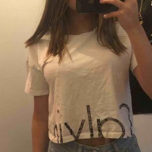 Säljer min Calvin Klein tröja då den inte kommer till användning längre. Passar en Xss- S bra och är lite kort i modellen. Buda på