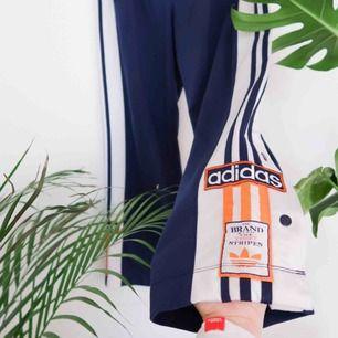 Adidas tracksuit-byxor 🌻 Storlek ~ S-M OBS! Korta! 89cm från höft till benslut. Använt skick, lite noppriga Frakt tillkommer 📬