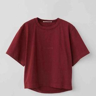 ❤️SÄNKT PRIS!!❤️Så snygg acne T-shirt i modellen boxy fit logo T-shirt i färgen chocolate Brown! Endast använd 1 gång så helt i nyskick, lappen och kvittot kvar! Storlek M men passar XS-M!! Pris kan ev diskuteras vid snabb affär!❤️❤️ skriv vid frågor❣️🍫