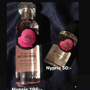 En eau de toilette och en duschkräm från The body shop i doften British rose. Parfymen är testad annars är båda flaskorna fulla. Paketpris 140:- 💘 Frakt tillkommer