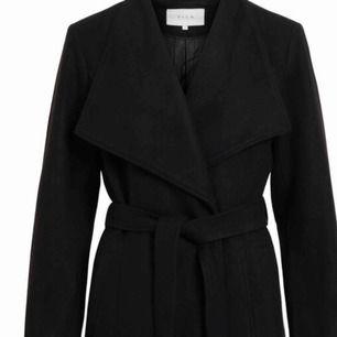 Säljer en svart liknande kappa på bilden, använd endast 2 ggr, om nån är intresserad så kom privat så kan jag skicka bilder på den