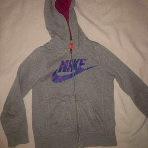 Grå Nike kofta som är varm och skön (kliar inte). Säljer för att den är för liten för mig. Köparen betalar för frakten.