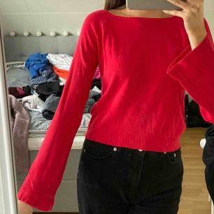 Röd tröja med lite utsvängda ärmar.  Kan mötas upp i Umeå, annars tillkommer frakt <3