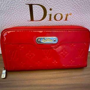 Säljer en skit fin Louis Vuitton plånbok i röd. Bra skick. Får plats med en hel del. Vid några frågor hör av er☺️