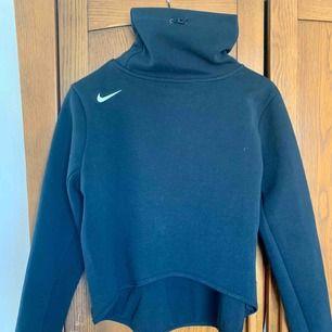 Snygg träningströja från Nike med coola detaljer! Lite kortare bak med loggan på ena axeln! Kan mötas i Stockholm annars står köparen för frakten på 40kr