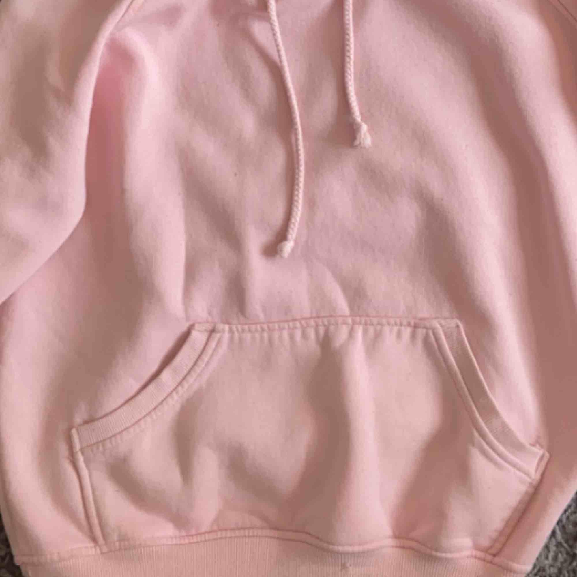 Najs rosa hoodie från bikbok. , frakt ingår ej!💕. Huvtröjor & Träningströjor.
