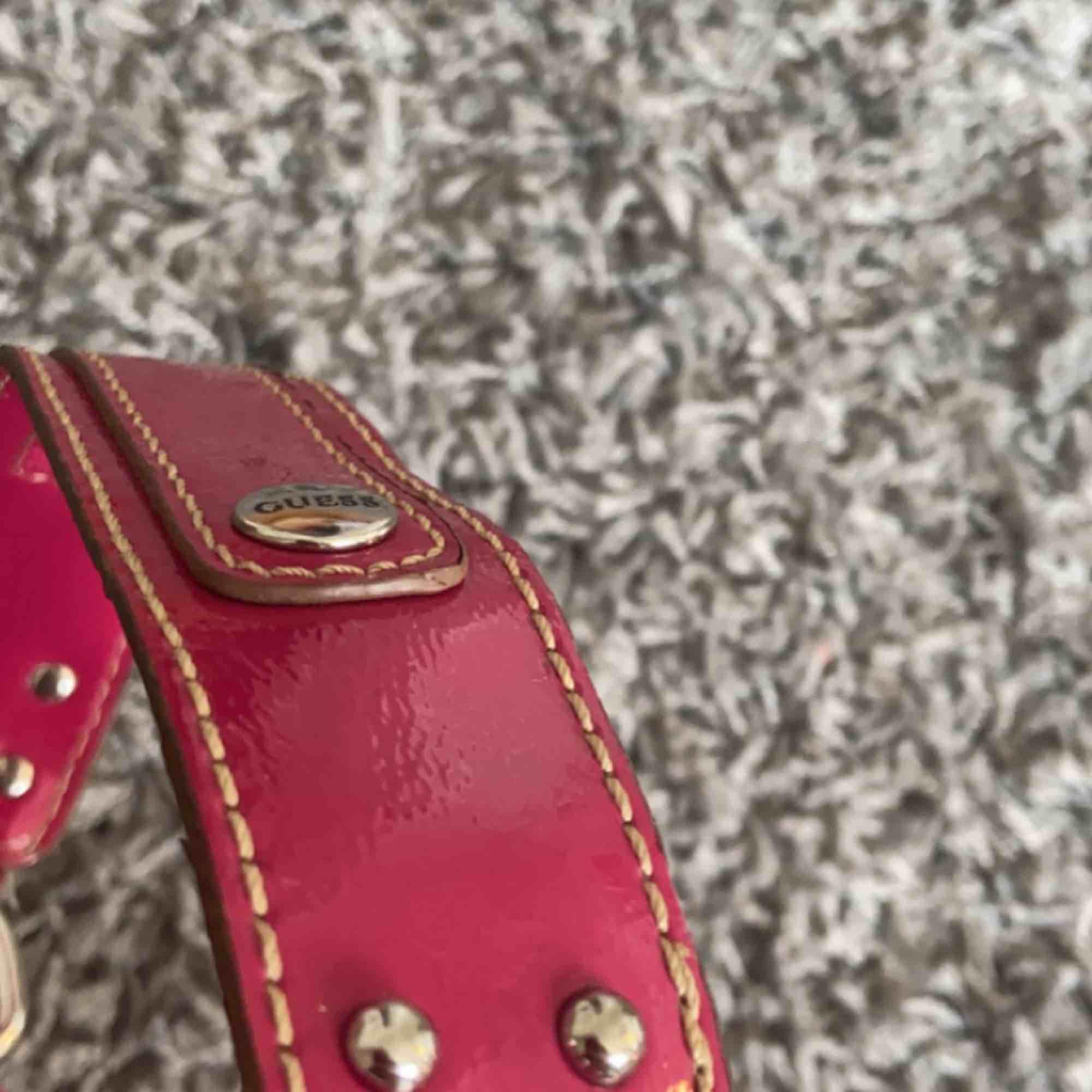 Skitcool liten handväska. Köpt vintage för ca 400kr, inte säker om den är äkta. Bra material! Så synd att sälja denna egentligen men får inte användning för den😢 SÅ FIN färg!!!. Väskor.