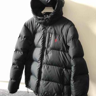 En snygg o varm vinterjacka i storlek L, den är endast använd 1 vinter så finns inga skavanker på jackan! Säljer jackan för 3100 då jag köpte den ny för 4300kr