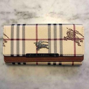 Burberry plånbok. Ej äkta.