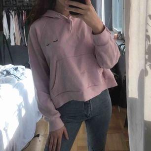 rosa hoodie från monki storlek M. 160 kr INKLUSIVE frakt💖
