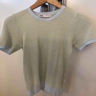 Mönstrad stickad T-shirt  Storlek M men väldigt liten i storlek så passar xs/s bättre