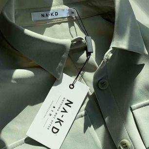 Superfin skjort/kavaj från nakd. Den är i perfekt skick då den aldrig använts. Passar perfekt till våren!🌺