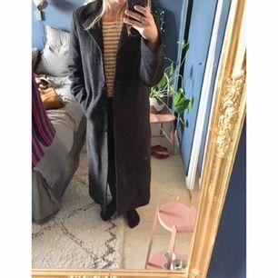 Fantastiskt fin ullkappa (80% ull) i mörkgrått från något franskt märke. Fint skick! Hellång på mig som är ca 1.70! Kan skicka fler bilder vid intresse.