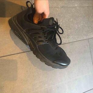 Svarta Nike skor, storlek 40( 25 cm) jag har vanligtvis 39 så är som en 39. Använda fåtal gånger så som nya men lite smutsiga men det går att tvätta av med vatten. Köptes på footlocker för 1299kr.