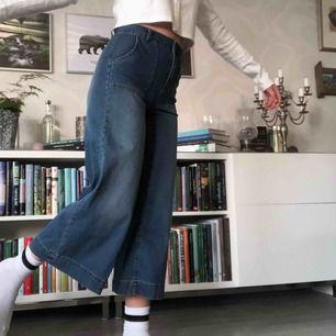 Jätte sköna vida byxor från Kappahl. Står storlek 34 men passar nog 36 bättre(lite små på mig som ni ser). Stretchiga och mjuka i tyget. Kort modell (jag är 168), vida ben, hög midja. Oanvända! +60kr i frakt💞