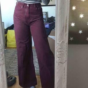 Säljer dessa snygga Weekday byxor, som är i modellen ace. De är i princip nya och har knappt använts. Storleken är 25/30 (som XS) och jag är 164cm på bilden, de passar mer en S dock. Frakten ligger på 63kr