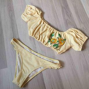 ASSÅ JAG DÖR! 🥺 så himla söt bikini som jag tyvärr aldrig använt samt växt ur :((( SÅ synd! Toppen är stl 38, extremt stretchig! Underdelen är i storlek 36! 💓💗 gå att köpa SEPARATA delar, 120kr/styck! - 220 för allt. frakt står köparen för! 😇