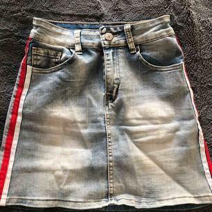 Jeans kjol med stripes på sidan. Säljer pga Kmr aldrig till anledning. Pris kan alltid diskuteras. Köparen står för frakten 💓