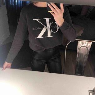 En nästan helt oanvänd grå Calvin Klein tröja. Säljer p.g.a att den inte används längre. Nypris 1000 kr!