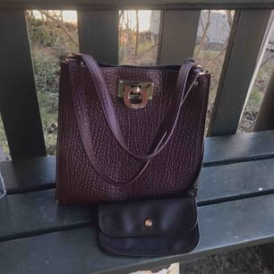 Vinröd väska DKNY  Knappt använd  Nypris 2000kr  Dustbag och inneväska ingår