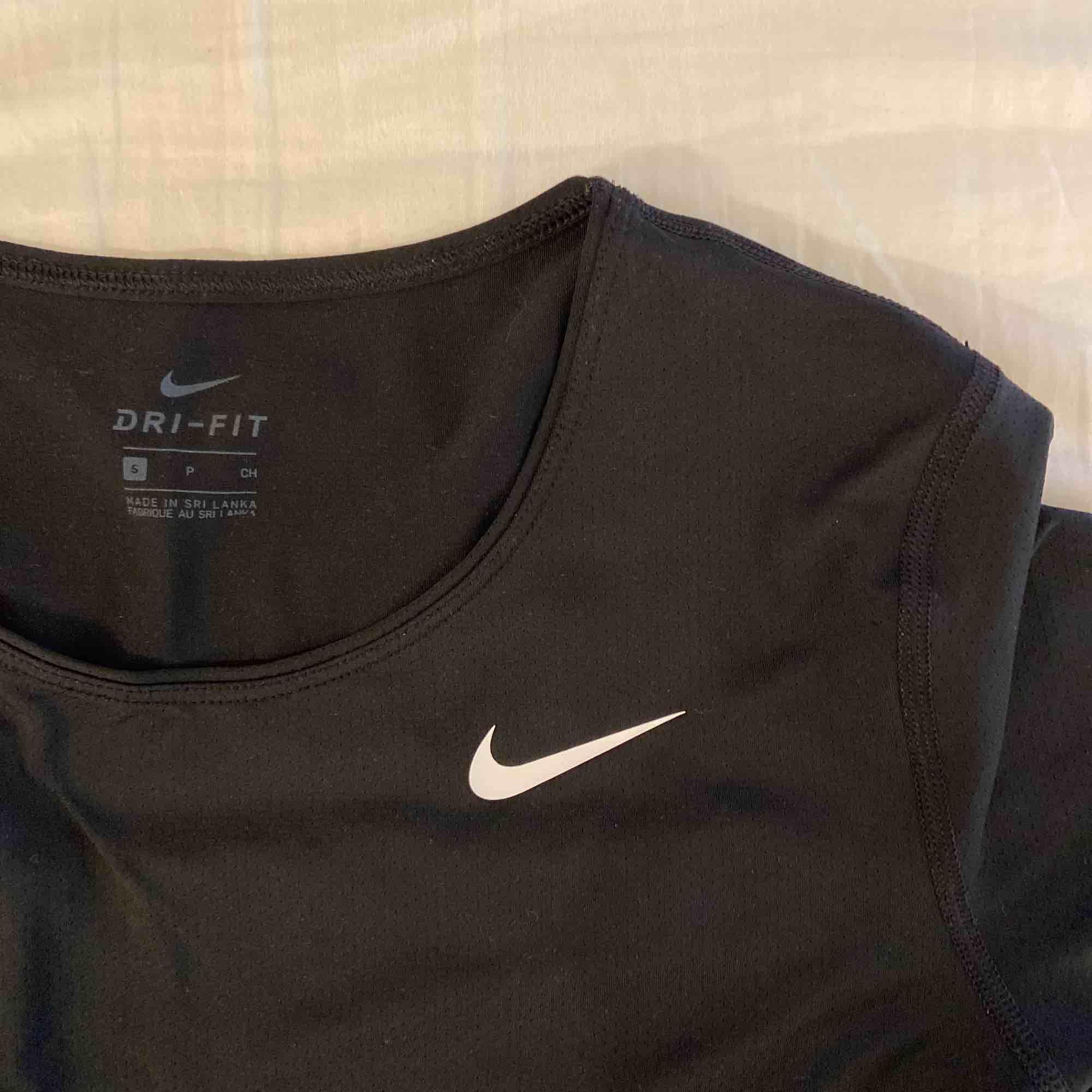 Helt ny tränings t-shirt från Nike PRO   Aldrig använd!!. T-shirts.