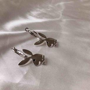 Playboy hoop örhängen, super fina i färgen silver ✨ De är nya/oanvända 💕 Frakten är gratis 📦