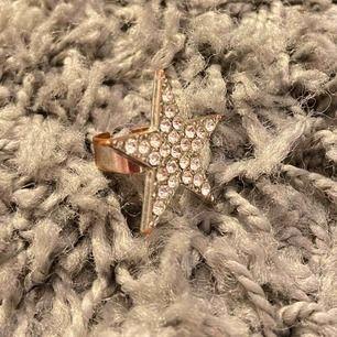 """Supercool ring med en stor stjärna med """"diamanter"""". Lite rostig pga att det inte är värsta kvalitén på den. Men den e asball. Justerbar. Köpt på Marstrand i någon strandbutik!"""