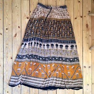 Fantastisk långkjol i bohemiskt tyg. Resår i midjan och svalt tyg. Köpt i Indien och i bra skick.