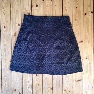 Kjol från Indiska i elegant mönster och material. Dragkedja i bak. Bra skick!