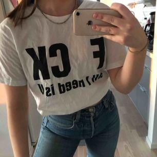 """Vit T-shirt med texten """"F CK ALL I NEED IS U"""" Köpare står för frakten"""