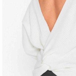 """Stickad tröja med en """"back knit"""" stl S Funkar att ha både bak och fram, finns dock två hål vid knytet (se 3e bilden) Nypris: 499kr, mitt pris: 120"""