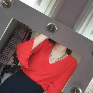 Röd tröja i väldigt fint skick som jag fick, dock aldrig använd för inte min stil.  Möts helst upp i Stockholmsområdet!