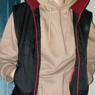 Svart och röd väst med fickor. Den är mindre i storleken det är därför jag säljer den. Den har ett litet hål i den högre fickan därav pris.