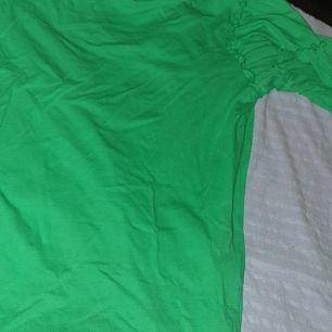 Fin grön tröja med volanger på