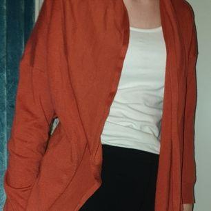 Fin orange röd kofta, kan användas till en sommarkväll för den är lite tjockare men kan användas vanligt också. Säljer den fär den bara ligger i garderoben