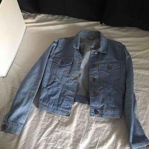 Monki jeansjacka i en väldig fin färg