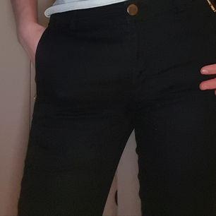 Svarta byxor från Stockholm. Den har fickor där fram men inte bak. Fina på, säljs för att dem inte används.