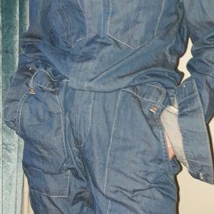 En blå jumpsuit från cubus den är i S men väldigt stor och lång på mig som har xs/s. Aldrig använd pga att den är för stor.