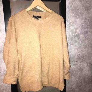 3 stickade tröjor i olika beiga toner, kan köpas som paket (250kr) eller var för sig (100kr/st). Den första tröjan är från new yorker och de andra 2 är från lager 157. Alla 3 är i bra skick