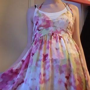 Fin blommig klänning som knyts i ryggen nästan aldrig använd för tyckt att det inte är min stil. Väldigt söt och fin.