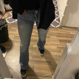 Jeans från hollister, om man inte vill att märket ska synas kan man ha en längre jacka. Formar kroppen skitsnyggt. Priset går att diskutera, frakt tillkommer🌸🌸